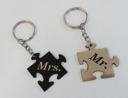 502dc79909 Gungldekor Mr és Mrs puzzle alakú összetartozó biléta pároknak egyedi  szöveggel kulcstartó lánccal és karikával ellátva 2db-os gravírozott  műanyag ...